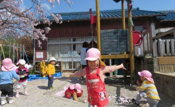 桜の花びら舞い散る中で…